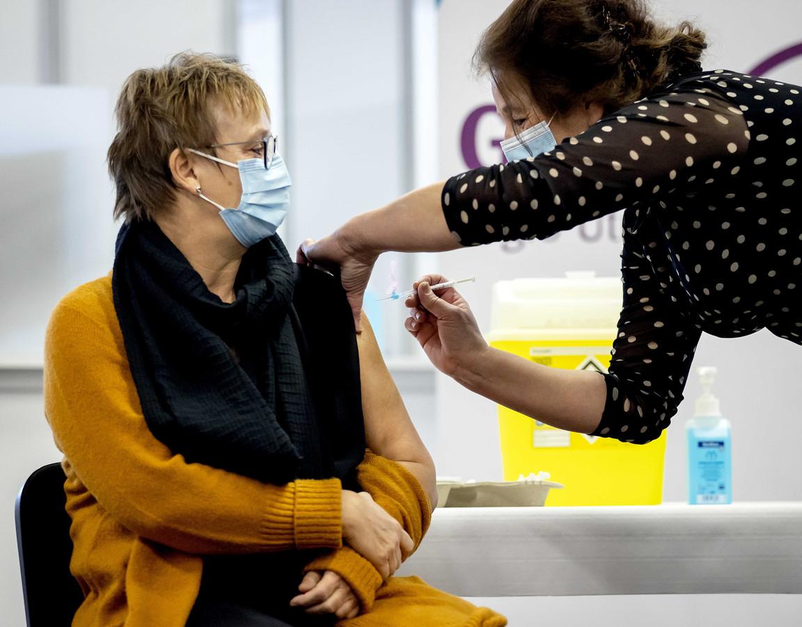 Een zorgmedewerker laat zich vaccineren tegen het coronavirus in de GGD-priklocatie in evenementencomplex Expo Houten.