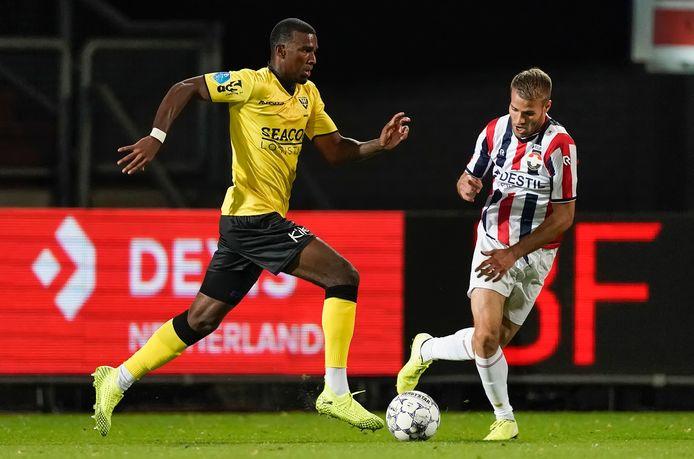 Bart Nieuwkoop namens zijn nieuwe club Willem II in actie tegen Haji Wright van VVV Venlo.