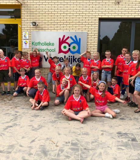 T-shirt van Wiesneus United voor scholieren van De Verrekijker uit Losser dankzij TikTok-filmpje van Nova