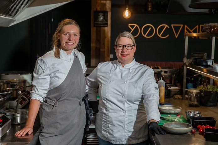 Laura Peters en Sibrecht Benning in de open keuken van Document 12 in Wijchen.