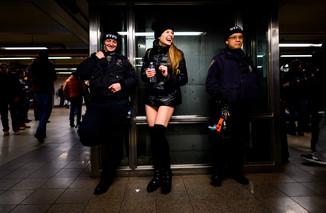 fotoreeks over Zonder broek de metro op: No Pants Subway Ride is aan 18de editie toe