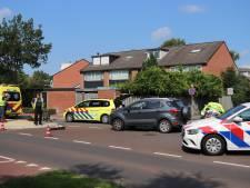 Fietser vliegt over motorkap bij botsing met auto in Veenendaal