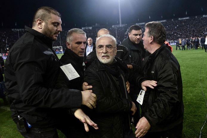 PAOK-voorzitter Ivan Savvidis moest door beveiligers tot kalmte worden gemaand.