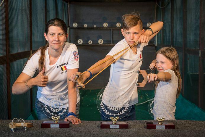 Mama Kelly Degryse (zilver bij de dames), Taylor Pleysier (goud -15 jaar) en Gibsy Pleysier (brons -15 jaar).