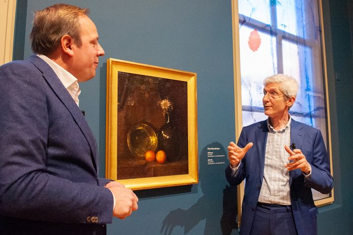 Conservator Ingmar Reesing en expert Willem de Winter bij het Mondriaanschilderij in Museum Gouda.