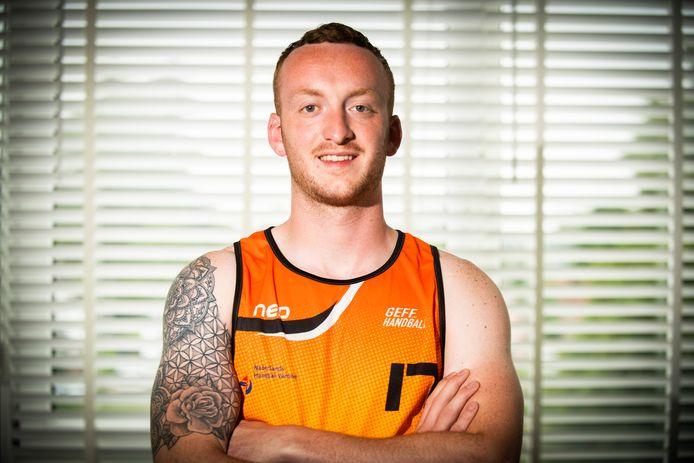 Jelmer Schaap in het oranje hemd van het Nederlands beachhandbalteam, waarmee hij komende maand uitkomt op het EK in Bulgarije.