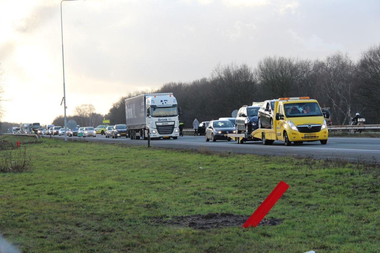 Vier auto's knalden op elkaar op de A1 tussen Deventer-Oost en Lochem.