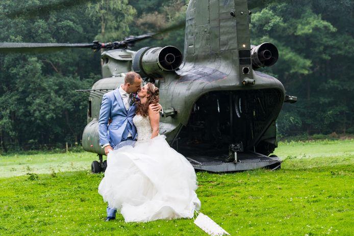 Het nieuwe bruidspaar in Goirle bij de Chinook.