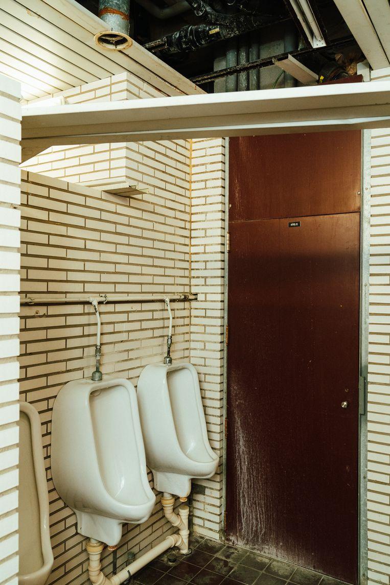 Ontbrekende stukken plafond in overjaarse toiletten. Beeld Illias Teirlinck