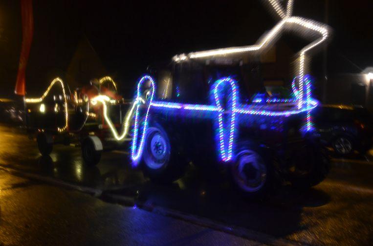 Verlichte tractorstoet.