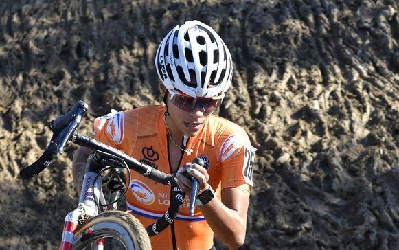 Ceylin del Carmen Alvarado in actie op het EK veldrijden. De Nederlandse won goud bij de beloften (onder 23 jaar).