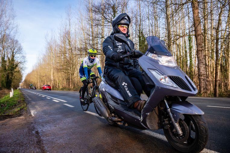 Bart Wellens rijdt met de scooter. Beeld Gregory Van Gansen / Photo News