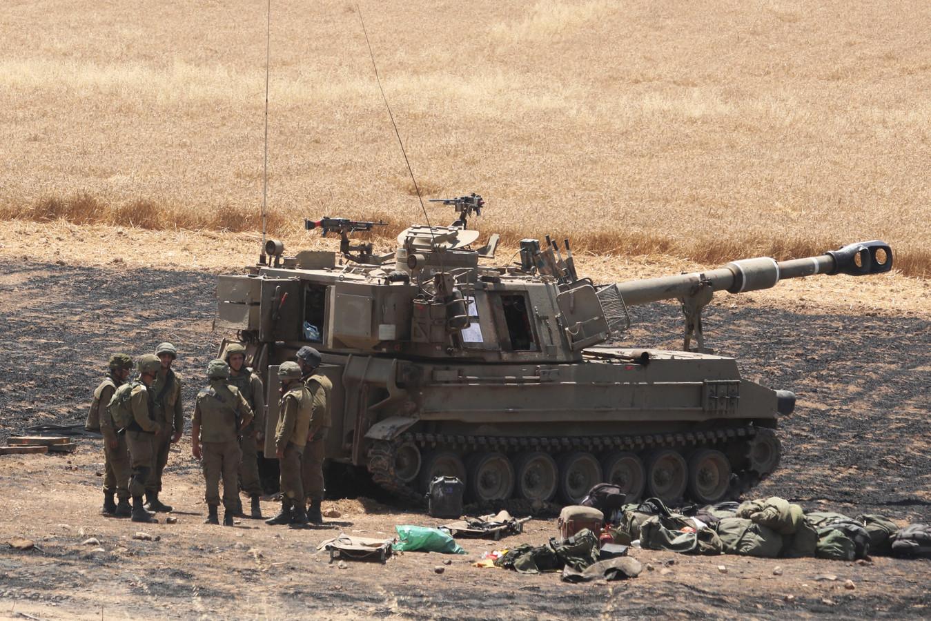 """L'armée israélienne a multiplié les bombardements """"pour infliger des dommages sévères aux tunnels"""" qui permettent aux combattants et dirigeants du Hamas, qui a tiré des centaines de roquettes vers Israël, de circuler à travers la bande de Gaza."""