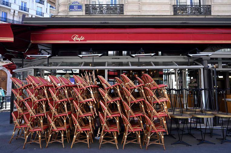 Als het een beetje meezit, kunnen deze stoelen op 19 mei weer van de stapel. Beeld AFP