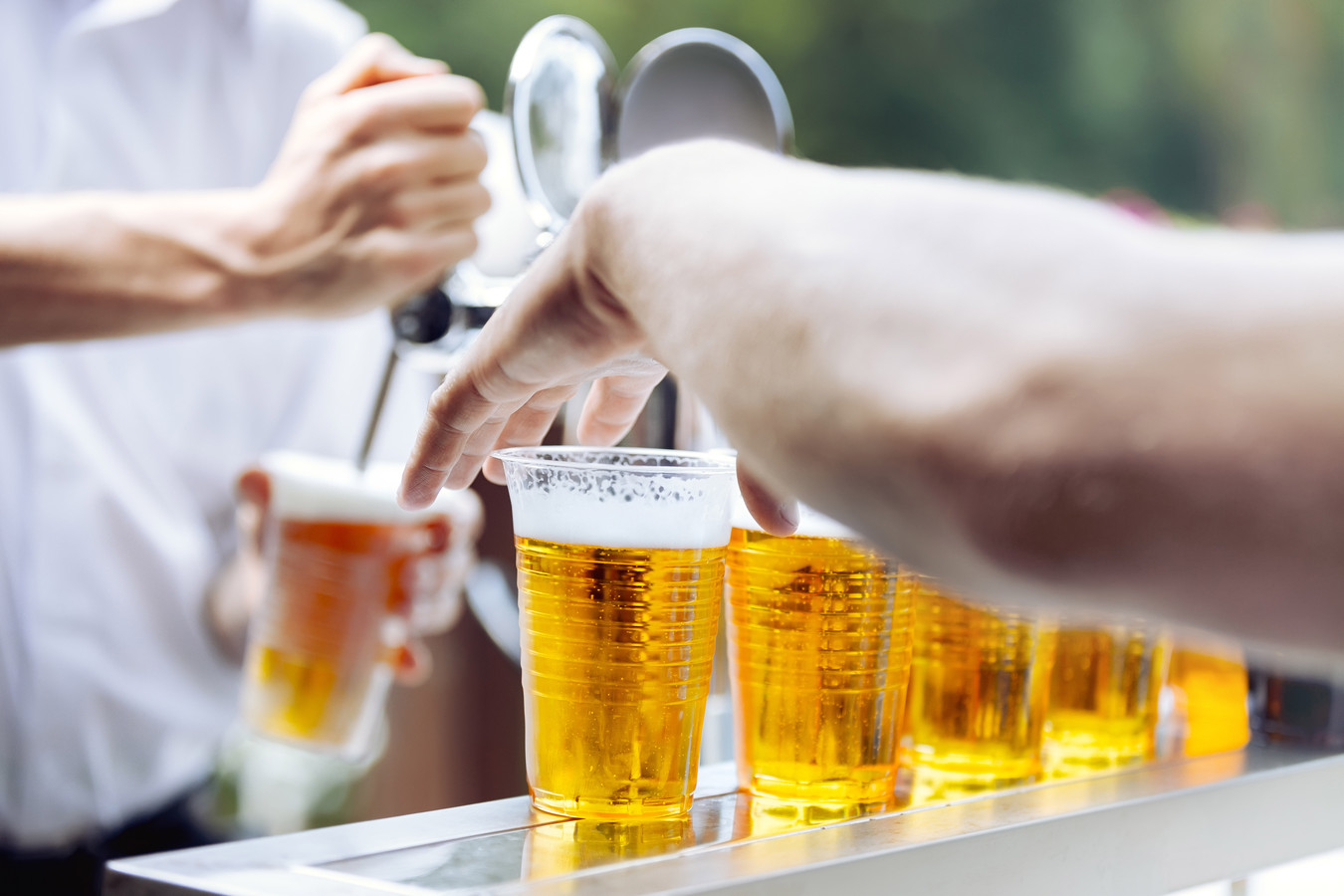 Bier in plastic beker - bekers