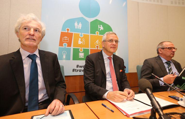 Minister van Werk Kris Peeters (midden) tijdens de rondetafelconferentie over 'werkbaar werk'. Beeld BELGA