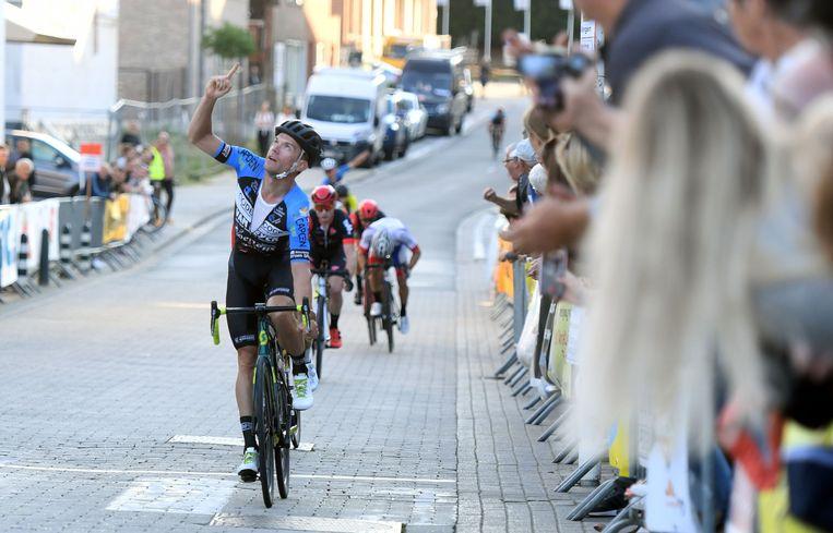 Donderdagavond in Bierbeek: Jens Vandenbogaerde draagt zijn overwinning op aan zijn overleden ploegmaat Joren Touquet.