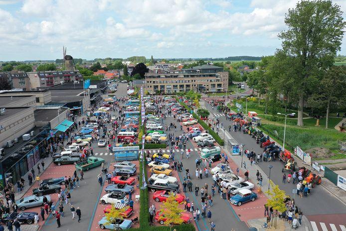 Het Oldtimer Festival op het Axelse Szydlowskiplein in 2019. Rondom de auto's lopen kan dit jaar niet, vanwege corona.