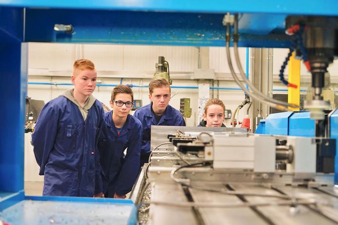 Het techniekonderwijs moet beter aansluiten op het bedrijfsleven, vindt men in het onderwijs en in het bedrijfsleven. Scholen en bedrijven uit Noordoost-Brabant kunnen daarom een beroep doen op de miljoenenimpuls die het Rijk aan techniekonderwijs geeft.