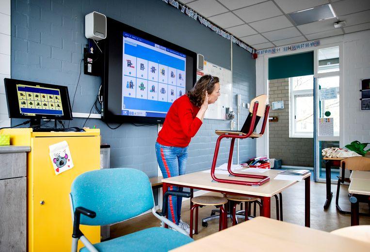 Een leerkracht neemt een video op voor kinderen van een basisschool. Beeld Hollandse Hoogte /  ANP