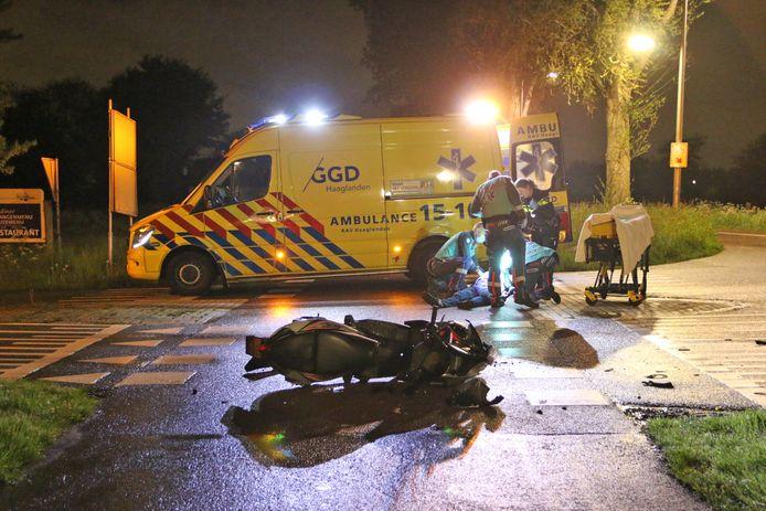 Bij een ongeval op de Oudeweg in Nootdorp raakte een scooterrijder gewond.