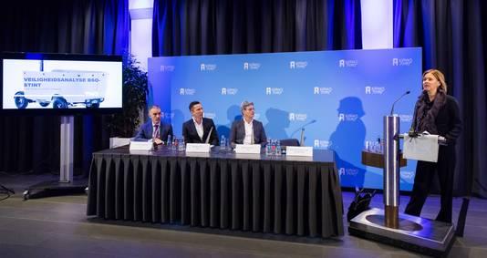 Minister Cora van Nieuwenhuizen tijdens de persconferentie vanmorgen