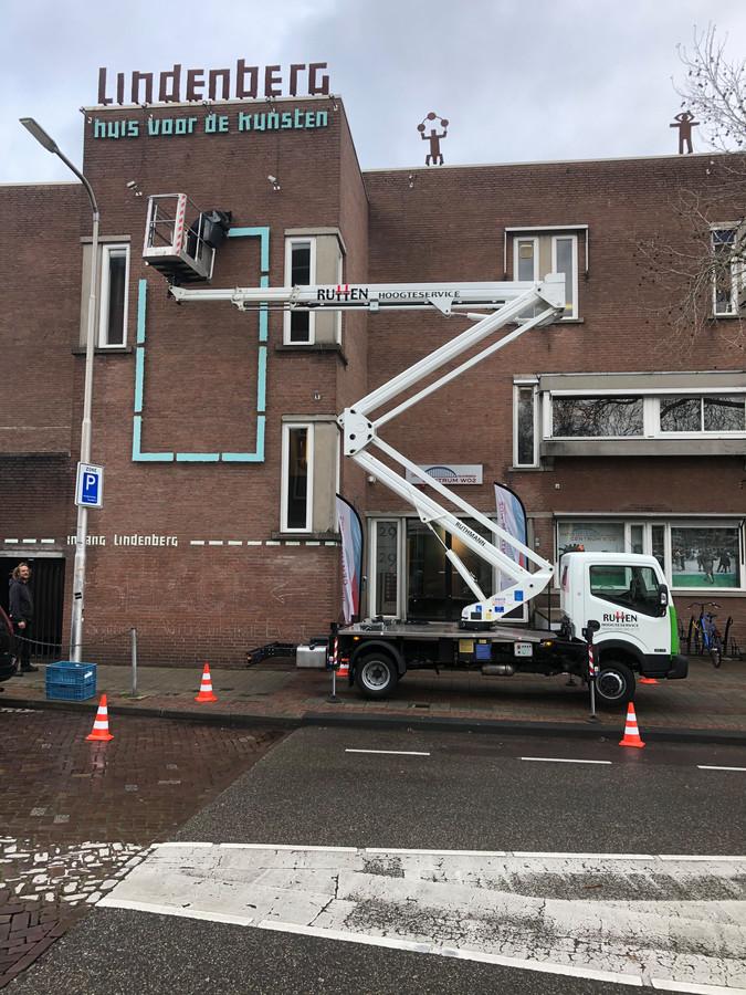Met een hoogwerker zijn de spandoeken van het gebouw van de Lindenberg gehaald.