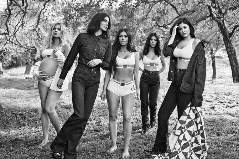 De Kardashian-clan poseert voor een campagne van Calvin Klein.