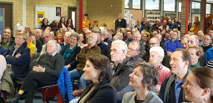 Een volle en aandachtige zaal tijdens één van de drie uitlegsessies, zaterdag, over een warmtenetwerk voor Schothorst-Zuid.