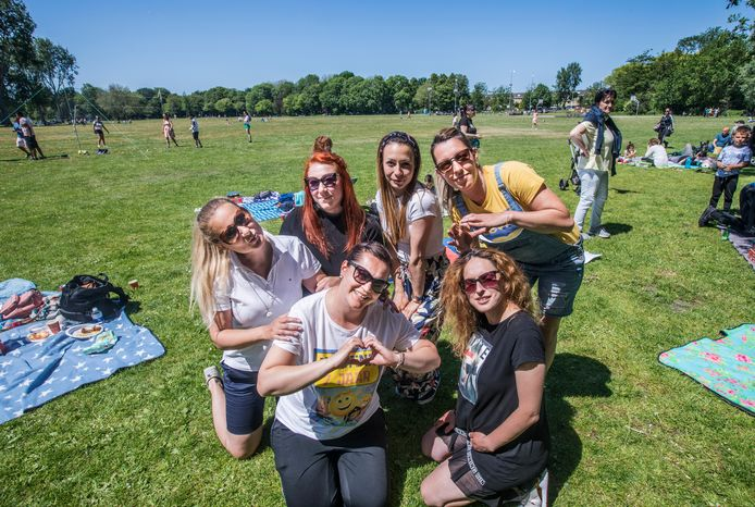 Zlatka (links boven) met vriendinnen Tonie, Victoria, Rosi, Izi en Petja op het grote veld waar zónder corona pandemie op deze zonnige zondag Parkpop zou zijn: 'Mijn eerste kennismaking met Den Haag'.