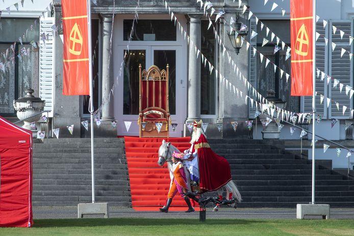 Sinterklaas komt aan bij het Grote Pietenhuis.
