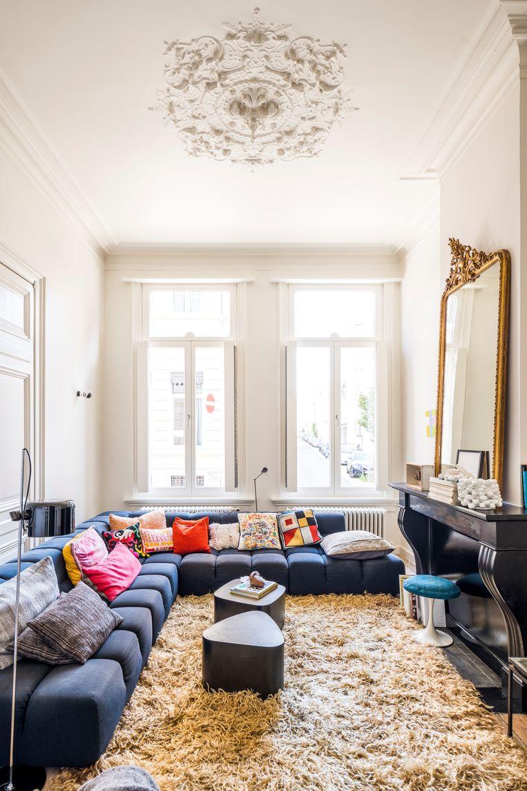 De woonkamer wordt grotendeels ingepalmd door de iconische Tufty Time-sofa van het Italiaanse B&B Italia. De salontafeltjes van Stephane Ducatteau vond Chantal op de webshop van Bea Mombaers, een goede vriendin van haar.   Beeld Luc Roymans