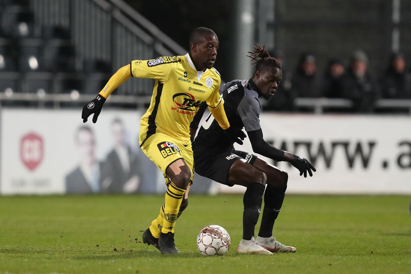 Geoffrey Mujangi Bia in actie voor Sporting Lokeren.