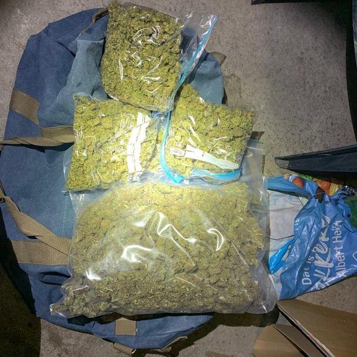 De politie heeft bij invallen in Gennep een grote hoeveelheid drugs gevonden.