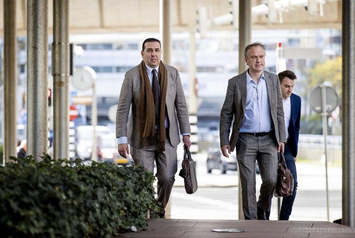 Algemeen directeur Mohammed Hamdi van ADO Den Haag op weg naar de rechtbank met collega Jachin Wildemans. Na het kort geding schakelde hij een deurwaarder in om beslag op de aandelen te laten leggen.