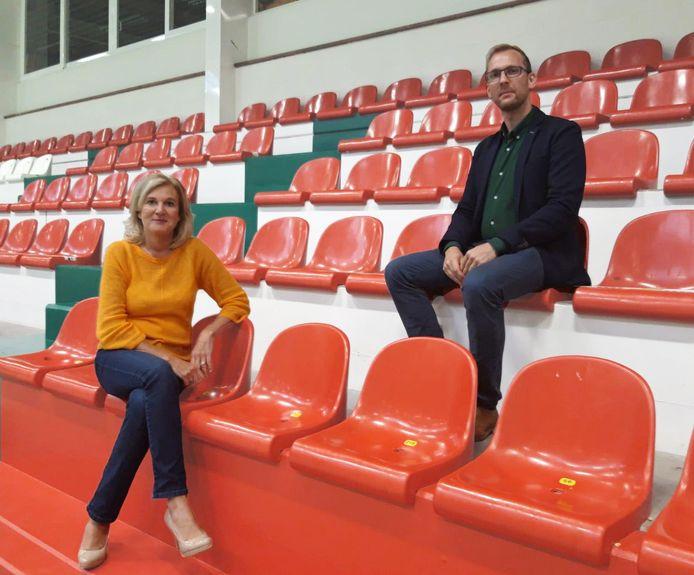 Hilde Lampaert en Filip Smet in de basketzaal waar de gemeenteraad gehouden werd.