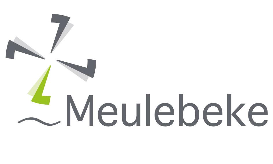 Het logo met de molenwiek, dat in 2013 voor Meulebeke geïntroduceerd werd.