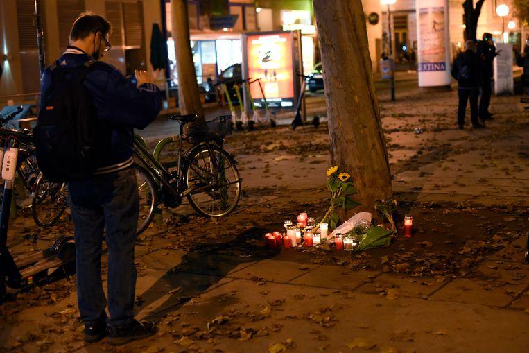 Een man houdt halt bij de plaats van de aanslag in Wenen. Beeld Getty Images