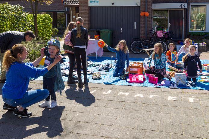 De kinderen In de Braek aan de Hutdijk organiseren in de voortuin een Koningsdag-vrijmarktje.