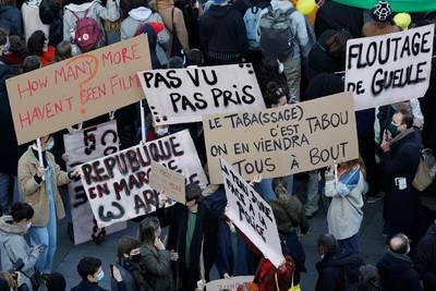 fransen-betogen-tegen-omstreden-wetswijziging-en--46-arrestaties-37-gewonde-agenten