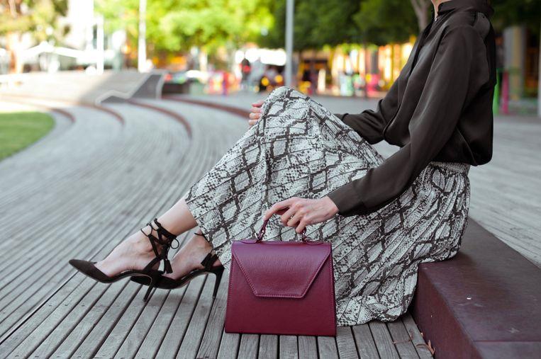 Een klassieke handtas in een vrolijke kleur past bij elk seizoen.