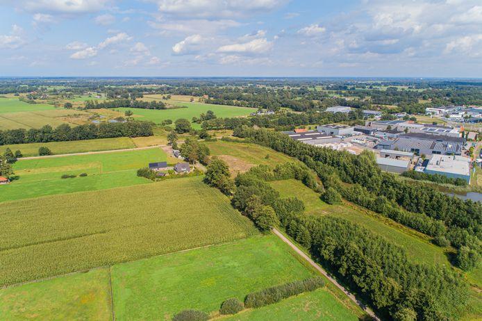 Een deel van Ligtenbergveld-Oost, waar mogelijk een nieuw bedrijventerrein komt, met rechts de ecologische bufferzone en bedrijventerrein Plaagslagen.