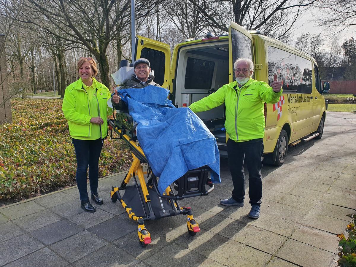 Albert Falck sr. (79 jaar, wonend te Eindhoven) kon dankzij de WensAmbulance bij de uitvaart van zijn vrouw zijn. En de vrijwilligers Magda Beekx en Riny van der Donk. (Voor de foto mochten zij met toestemming van Albert hun mondkapje even afdoen.)