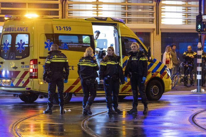 Politie en hulpdiensten bij het steekincident in de Ferdinand Bolstraat in Amsterdam.