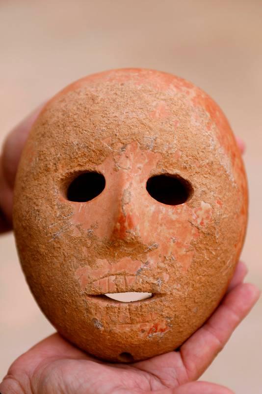 Het masker is gemaakt van roze-gele kalksteen.