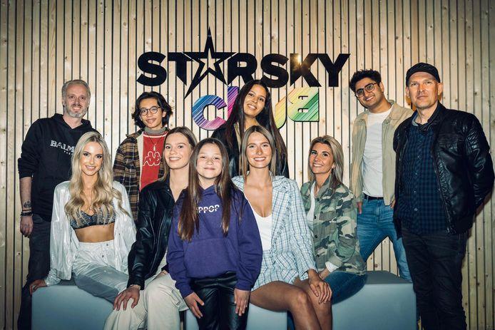 Starsky in Londerzeel: Deze bekende Vlamingen kwamen een fotoshoot doen in de volledig omgetoverde zaal 't Centrum die sinds enkele weken Starsky Club heet. op de foto bv's: Ella Kasumovic (Belgian Got Talent) Maude (Tik Tok Ster / Zangeres ) Rachel Nimegeers  (Tik Tok) Amir Motafaf (Acteur 4Ever) Jotti Verbruggen (Model) Nisrine (The Voice 2021) Julie Vanderzijl (Big Brother 2021) Justin Degryse (The Voice Kids 2020), en Peter Muls (absolute P), Kristiaan Cloots (Starsky)