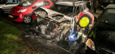 Auto in brand gestoken in Arnhem, hulpdiensten gaan uit van brandstichting