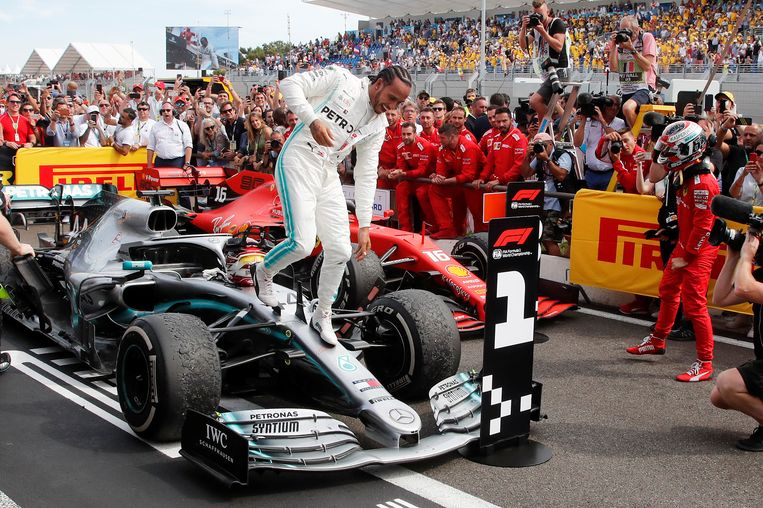 De Brit Lewis Hamilton was vorig jaar nog aan het feest in Le Castellet, de Franse grote prijs. Dit seizoen racen de formule 1-teams niet in Frankrijk vanwege het coronavirus. Beeld REUTERS