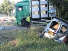 Vrachtauto en bestelbus botsen op N348 bij Lemelerveld