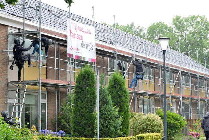 Verwarde vrouw bekogelt brandweer met dakpannen vanaf steiger in Breda